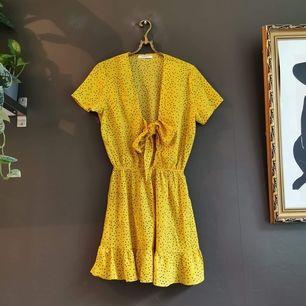 Somrig klänning med knut framtill från asos/nelly i stl S. Knappt använd!   40 kr i frakt.💛
