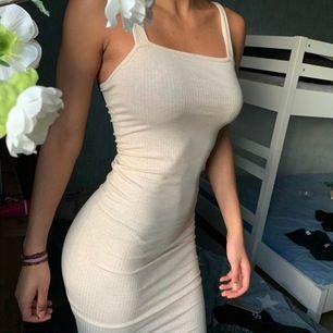 Helt ny med prislappar! Midi klänning som går till knäna, DMa för mått. Stretchigt material. Kan mötas upp i Sthlm eller så betalar köparen för frakten. 🌸