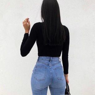 SUPER snygga mom jeans! Framhäver kurvor och sitter som en smäck 😍 Tyvärr är de för långa på mig...  Jag går ner i pris vid snabb affär. Först till kvarn 💖