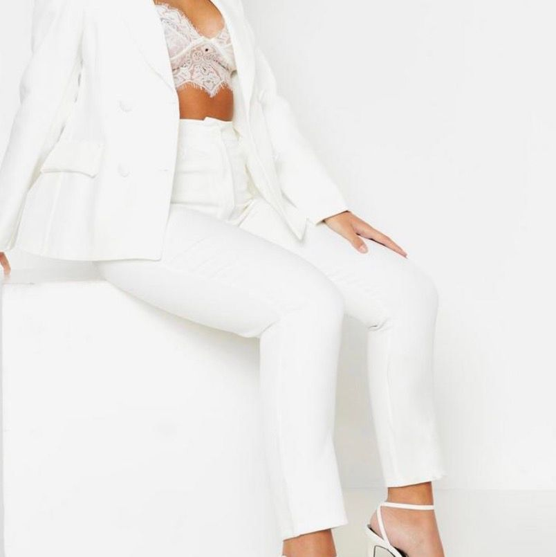 Vita liknande kostym byxor från Boohoo i storlek 32/XXS. Tyvärr lite långa och stora på mig. ENDAST TESTAT! Helt nya dessutom! Är 152 cm. Ink frakt!. Jeans & Byxor.