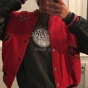 Asball röd varsity jacket med skinnarmar köpt på beyond retro! Använt ett par gånger. Jag har strl S och då blir den oversized men skulle säga att den passar allt från XS till M! Funkar bra till alla olika väder! 🌟