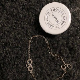 Super fint oanvänt armband, perfekt att ha tillsammans med en klocka. Man kan hänga hängen i öglan. Får självklart med den lilla kartongen vid köpet. Köparen står för frakten och tar helst swish🌸
