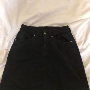 En svart jeanskjol från DrDenim i storlek S med en slits på baksidan, skriv för fler bilder privat!                               140kr inkl frakt! 🥰