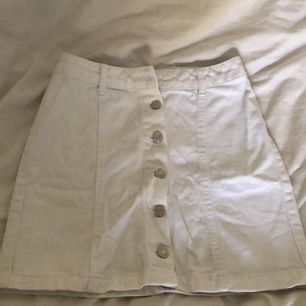 Vit jeanskjol från New looks petite (?). Storlek 34, första knappen har gått sönder men går att sy dit en ny!                                                                                     110kr inkl frakt 🚚