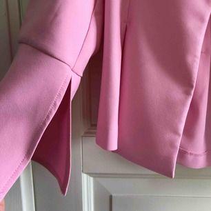 Jättefin rosa kavaj från Gina, endast använd en kväll! Lite trumpetarmar i slutet av ärmen och en slit! Även figursydd. Perfekt till midsommar! Köpare står för eventuell frakt🌸
