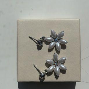 Fina örhängen som ska efterlikna blommor, Köpare står för frakt.