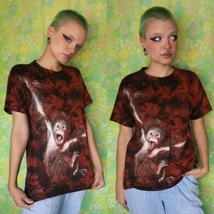 Så söt oanvänd (har originallappen kvar) orangutang t-shirt. OBS! den mörka färgen är lite ljusare och mer mörkröd än svart i verkligheten. Storlek small, inget tryck på ryggen. Frakten för denna ligger på 44 kr, samfraktar gärna😊👍