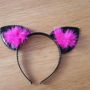 Helt nytt diadem med öron och rosa tofsar .Aldrig använd.