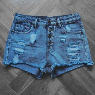 Sköna höga jeansshorts med knappknäppning fram.