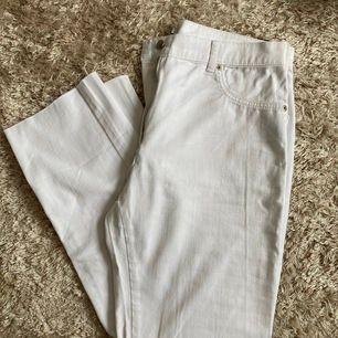 Vita, mjuka jeans från NA-KD med rak passform 🤗 Modellen är midwaist. Passar en 38/40 i storleken. Köpare står för frakt