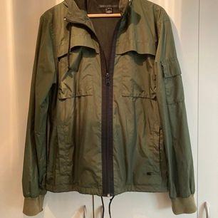 Sparsamt använd camouflagegrön Marc Jacobs vindjacka strl M. Möts upp i Sthlm eller postar. Köparen står för frakt.