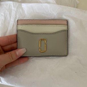 Säljer min älskade Marc Jacobs card holder då den inte används lika mycket som den förtjänar 🥰💖 Inköpt i New York för 899 kr förra våren. SPÅRBAR FRAKT INGÅR I PRISET.