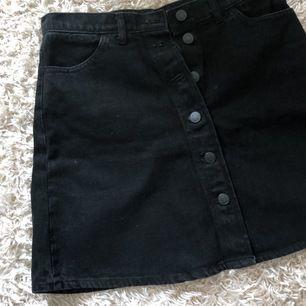 Svart jeanskjol från Monki Denim i storlek 38. Svart med lite ljusare tvätt. Fint skick. Köpare står för frakt.