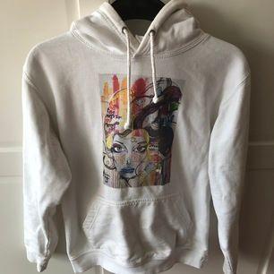 Vit hoodie från the cool elephant. Väldigt använd men för liten tyvärr. Det är storlek XS men då den är ganska använd och urtvättad så kan den vara lite mindre. Frakt ingår i priset🤩