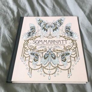 Målarbok som man färglägger i. Väldigt lungnande och rogivande 💘  ca 4 målade sidor. Boken är ca 1cm tjock med många bilder