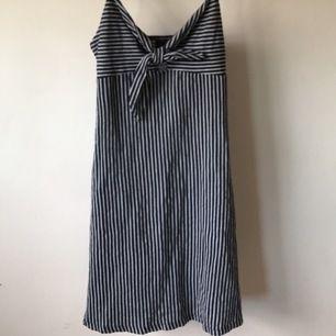 En söt klänning från Gina som är knappt använd, lite liten vid brösten annars sitter den perfekt. Blå och vita ränder. Köparen står för frakten💖💖