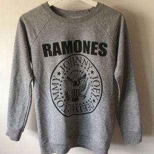 En väldigt fin grå college tröja från Ramones. Fint skick och välanvänd. Köptes för 300kr. Köparen står för frakt💖💖