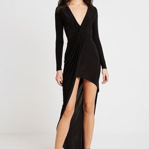 Svart klänning ifrån Club L London. Storlek S. Använd fåtal gånger och i ett superfint skick.  Kan användas till bal som fest samt vardag!♥️