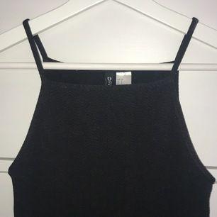 Svart klänning i fint skick från hm divided. Säljer pga att den är för liten