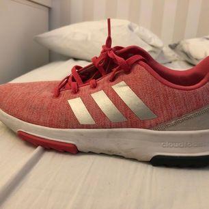 Jag säljer ett par rosa adidas skor som jag inte vill ha längre pga annan stil. Jag har använt dessa skor på idrotten inomhus i ungefär ett år och sedan har det hänt ett flertal gånger att jag använt dem utomhus. Säljer skorna för 70kr, ej inräknat frakt.