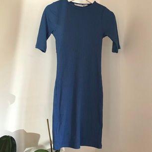 Blå klänning i perfekt skick från Lager 157✨