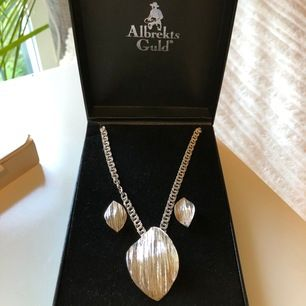 Matchande halsband och örhängen i silver. Köpta på Albrekts Guld. Aldrig använda. Köparen betalar frakt, men möts helst upp i Stockholmsområdet!