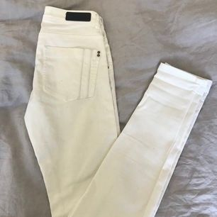 Vita jeans från FREE QUENT i storlek XS