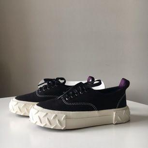 Superfina sneakers från eytys! Helt nya endast använda 1 gång, säljer pga för små. Nypris:1300kr Dustbag+ kartong ingår. Pris kan diskuteras:)