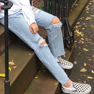 Jeans med hål som är köpta i NYC på en popup butik, jättesnygga och ljus fin färg som passar bra nu till sommaren. De två första bilderna var när de var nyköpa och den sista nu. Använda väl sen dess men sjukt bra skick, hålen har bara blivit lite större.
