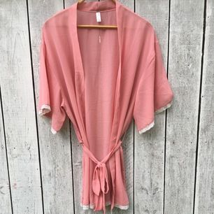 Tunn rosa morgonrock som också funkar som kimono, använd 2 ggr.