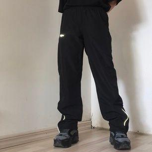 skitnice trackpants i svart med reflexdetaljer💞 strl xs men passar xxs-s, dom har snöre i midjan!! tunna och luftiga. mått: midja: ca 75 cm innerbenslängd: 76,5 cm✨ frakt 43 kr❣️