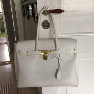 Supersöt vit väska med gulddetaljer köpt i Italien. Använt skick.