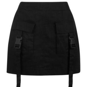 Svart kjol med detaljer från Boohoo. Oanvänd.