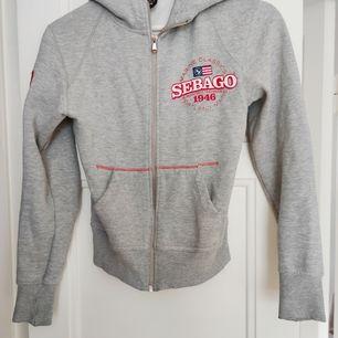 SEBAGO grå huvtröja /tränings tröja hoodie i strl XS • köparen står för frakten  • Jag ansvarar ej för postens eventuella slarv.