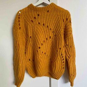 En väldigt fin gul tjockt stickad tröja. Använd 3 ggr, men ser som ny ut. Frakt betalas av köparen. Storlek S