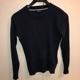Säljer nu denna marinblå kabelstickade tröja då den ej kommer till användning längre.💙 Köparen står för frakten!