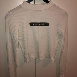 Säljer denna snygga croppade tröja. Använd max 5 gånger så i bra skick.🤍 Köparen står för frakten!