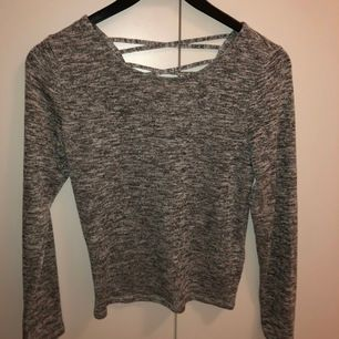Säljer denna tröja med lite halv öppen rygg.<3 Köparen står för frakten!