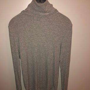 Säljer denna snygga tröja med polokrage. Ser ut som en fläck på andra bilden men det är bara ljuset!❣️ Köparen står för frakten.