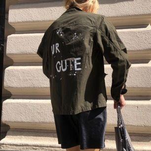 Fin jacka med text, intressekoll🖤🖤 handgjort med glittrig bokstav. Intressekoll🥳🦋