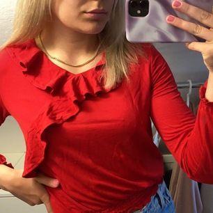 En röd skit snygg blus från Kappahl. Den är använd 1 gång, i julas. Det är stl 146/152 men passar mig som är en XS/S. Jag är 161 cm lång. Det är gratis frakt!!