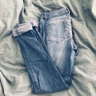 Ljus blåa jeans med ett litet hål i, storlek 40 Long fit