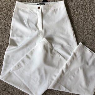 Snygga kostymbyxor från boohoo! Aldrig använda och prislappen är kvar. Storlek 40 men skulle säga att dem mer är 38.