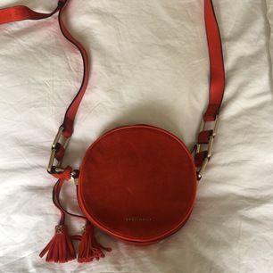 Jättefin Cocinelle väska som tyvärr inte kommer till användning, den är ganska använd därför säljs den för ett superbilligt pris! Köpare står för frakt 💖 Original priset var 1500kr
