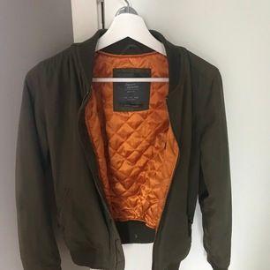 Militärgrön jacka från bershka med orange foder. Strl S. Använd men i bra skick. Frakt tillkommer⚡️