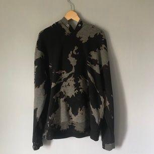 gör nu även custom bleached hoodies, detta är ett exempel 🖤 beställ vilken storlek du vill ha i pm. frakt ingår i priset 🌙