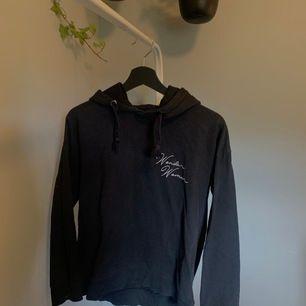 """svart hoodie med trycket """"wonder woman""""                                                    endast swish & fraktkostnad är inräknad i priset💜"""
