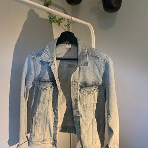ljusblå jeansjacka, endast provad!!                                                      endast swish & fraktkostnad är inräknad i priset💜