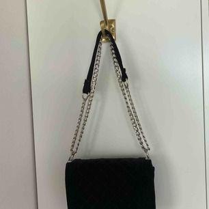 Säljer denna fina väska då den ej kommer till användning hos mig:)