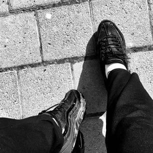 Säljer mina svarta Nike Air Force 95 som jag inte använder långre! Nypris låg på 1500! Frakt tillkommer 🤎